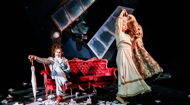 Erdal Beşikçioğlu'nun yönettiği ve oynadığı Nina oyunu ilk kez online gösterimde